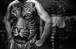 老虎显示腹部绘画的舞蹈艺术家 库存图片