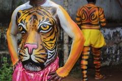 老虎显示身体绘画的舞蹈艺术家 免版税库存图片