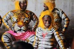 老虎显示身体绘画的舞蹈艺术家 免版税库存照片