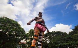 老虎显示身体绘画的舞蹈艺术家 免版税图库摄影