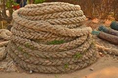 老螺旋大绳索堆 库存图片