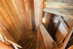 老螺旋形楼梯由在一座被放弃的钟楼的木头制成 免版税图库摄影
