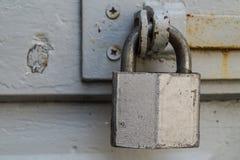 老螺栓和挂锁 免版税库存照片