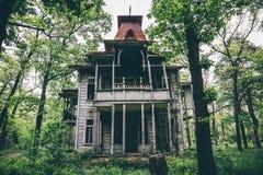 老蠕动的木被放弃的被困扰的豪宅 图库摄影
