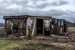 老蠕动的黑暗放弃了破坏性的肮脏的房子被打碎的窗口 免版税库存图片