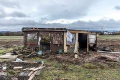 老蠕动的黑暗放弃了破坏性的肮脏的房子被打碎的窗口 免版税库存照片