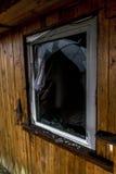 老蠕动的黑暗放弃了破坏性的肮脏的房子被打碎的窗口 图库摄影