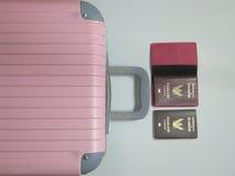 老行李,泰国护照 库存照片