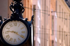 老街市时钟 免版税库存图片