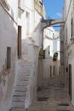 老街道在一个小的村庄在南普利亚,意大利 免版税库存图片