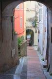 老街道在芒通 免版税库存照片