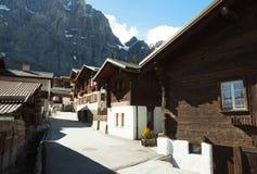 老街道在Leukerbad,瑞士 免版税库存照片