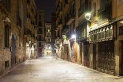 老街道夜视图在巴塞罗那 库存照片