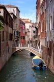 老街道威尼斯 免版税图库摄影