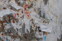 老街道广告牌有被撕毁的被剥皮的海报水平的背景 库存照片