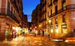 老街道晚上视图在巴塞罗那 库存照片