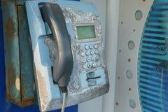 老街道生锈的电话 非工作的破旧的用具 图库摄影