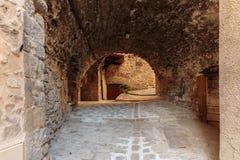 老街道的狭窄的拱道 免版税图库摄影