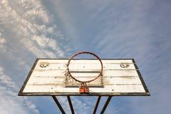 老街道篮球篮子 库存图片