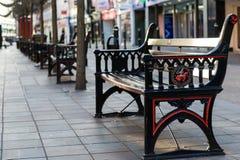 老街道长凳 免版税库存照片