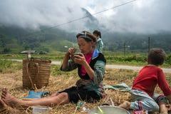 老街,越南- 2017年9月7日:农夫家庭吃在米领域的午餐在Sapa 库存照片