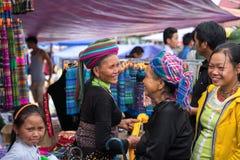 老街,越南- 2017年9月7日:少数族裔人在Y Ty,棒Xat区的地方市场上 库存图片