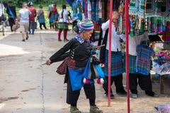 老街,越南- 2017年9月7日:少数族裔人在Y Ty,棒Xat区的地方市场上 免版税图库摄影