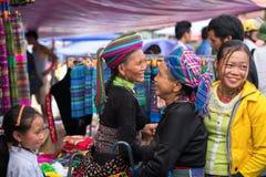 老街,越南- 2017年9月7日:少数族裔人在Y Ty,棒Xat区的地方市场上 库存照片
