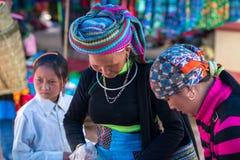 老街,越南- 2017年9月7日:少数族裔人在Y Ty,棒Xat区的地方市场上 图库摄影