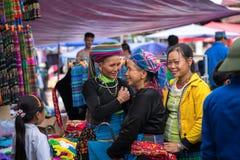 老街,越南- 2017年9月7日:少数族裔人在Y Ty,棒Xat区的地方市场上 免版税库存照片