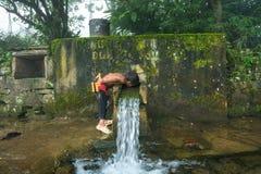 老街,越南- 2017年9月7日:少数族裔儿童从顺流小春天的饮料水从在Y Ty,棒Xat dist的山 免版税库存照片