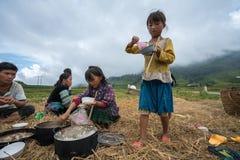 老街,越南- 2017年9月7日:少数族裔农夫家庭吃在米领域的午餐在Sapa 免版税库存图片