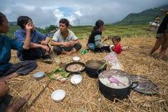 老街,越南- 2017年9月7日:少数族裔农夫家庭吃在米领域的午餐在Sapa 库存照片