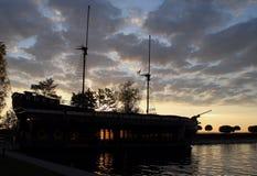 老被上船桅的木船在海海湾股票照片停泊了 库存图片
