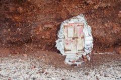 老被佩带在门下对红色岩石 库存图片