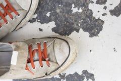 老被佩带的运动鞋 库存图片