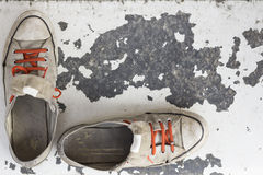 老被佩带的运动鞋 免版税库存照片