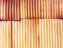 老被修补的生锈的波纹状的罐子背景照片 免版税图库摄影