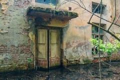 老被充斥的被放弃的房子的门 免版税库存图片