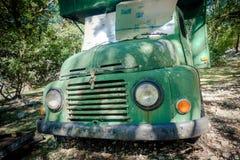 老被击毁的被放弃的露营车 库存照片