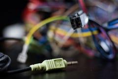 老被卷入的缆绳、电子和老电缆接头在a 免版税库存照片