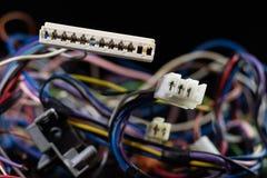 老被卷入的缆绳、电子和老电缆接头在a 免版税库存图片