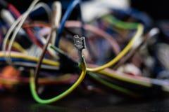 老被卷入的缆绳、电子和老电缆接头在a 图库摄影