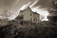 老被困扰的农舍房子 免版税库存图片