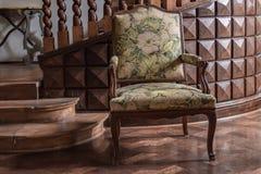 老被布置的扶手椅子 免版税库存照片