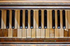 老被忘记的钢琴 免版税库存照片