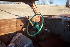 老被打击的方向盘一辆被击毁的汽车 免版税图库摄影