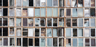老被打碎的窗口背景  在墙壁上的俄国旗子 免版税库存图片
