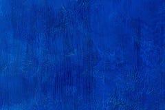 老被抓的和破裂的被绘的品蓝墙壁 空的蓝色模板 抽象织地不很细色的背景 库存照片