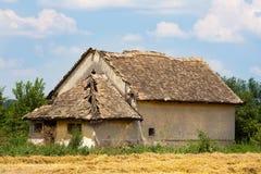 老被放弃的乡间别墅 免版税库存照片